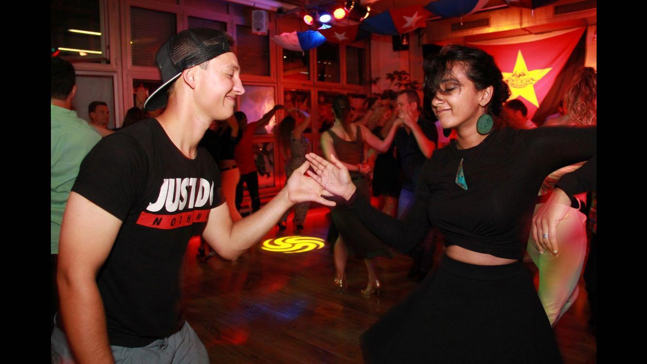 Anusha Shankar (right) dancing. Credit: Carlos Murbach