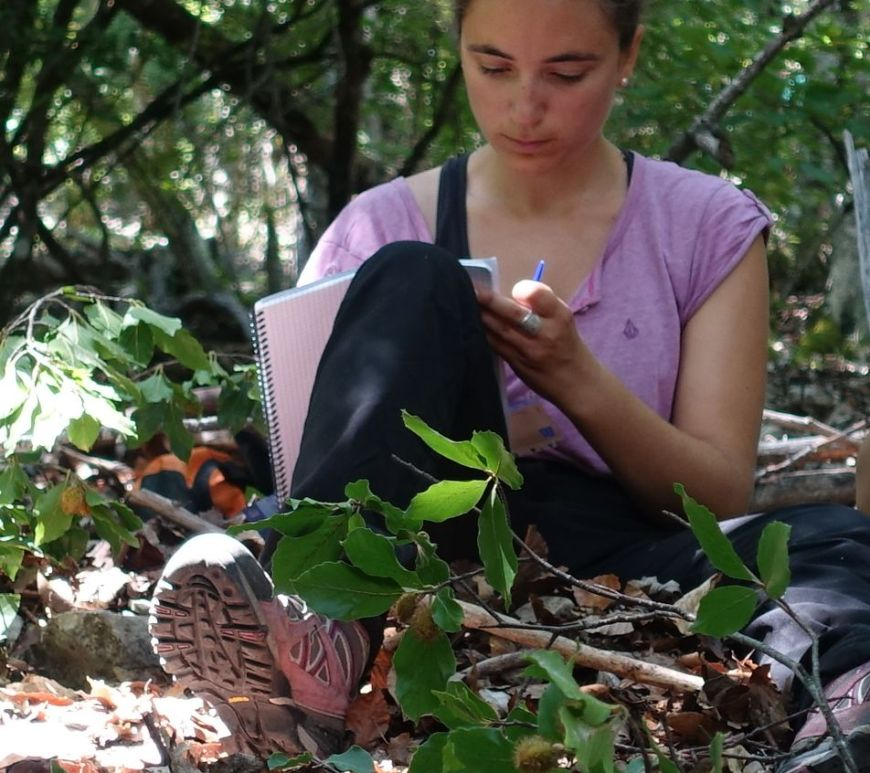 Charlotte Poeydebat taking notes in the field (c) Soline MARTIN-BLANGY