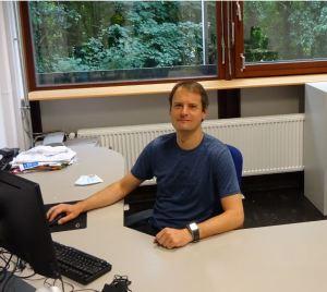 Sam van Wassenbergh at the computer at University of Antwerp, Department of Biology.